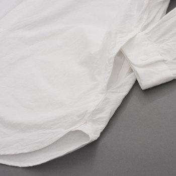 もうひとつの大きな特徴が、他のシャツにはないサイドポケットです。身頃の縫い合わせに沿うようにスリットが入っていて、さりげなく使い勝手の良さを後押しします。