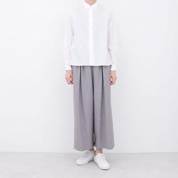 そうして生まれたコンフォートシャツは、小さめの襟、すっきりとしたボックス型など、シンプルながらもひねりの効いたデザイン。メンズ、レディースどちらも展開しています。