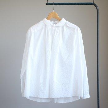 首周りにたっぷりとギャザーを入れたデザインシャツです。コットン50%、リネン50%のファブリック生地で、優しくて柔らかい、ガーリーな雰囲気が魅力です。
