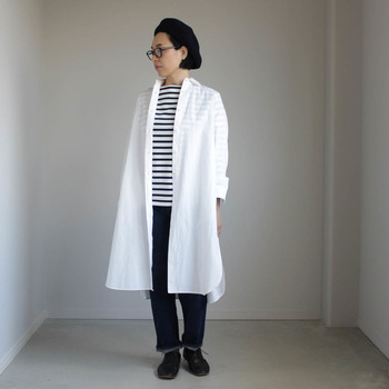 ゆるやかなAラインで、ふわっと優しいシルエットのロングシャツ。ワンピースとしても羽織物としても活躍し、何かと便利なアイテムです。