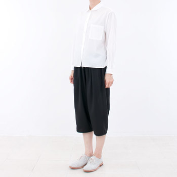 コンフォートシャツのスナップを通常のボタンに変え、サイドポケットの代わりに胸ポケットを採用。よりシンプルでオーソドックスなデザインですが、やや短めの丈でカジュアルな雰囲気も備えています。