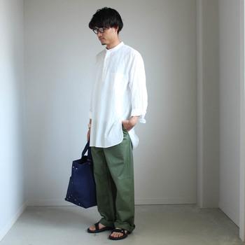 プルオーバーデザインのメンズシャツ。ゆったりロングシルエットとスタンドカラーで、コンフォートシャツよりもラフなコーディネートが楽しめます。
