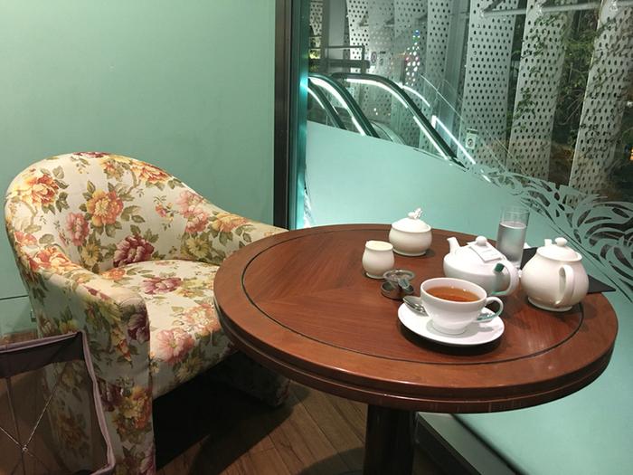 どちらのお店もアフタヌーンティーセットのほか、各種紅茶、ランチメニュー、ケーキセット、スコーンセットなどもいただけます。三越日本橋本店はシックな雰囲気、こちらの玉川タカシマヤSC店は花柄のソファがあって明るい雰囲気です。