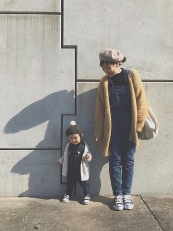 デニムオーバーオールの親子リンクコーデ。ママはボアコートを羽織って、暖かさとトレンド感をプラス!ちょこんと頭にかぶったベレー帽も可愛いですね!