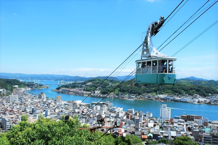 東京から新幹線で約4時間。穏やかな瀬戸内海に面している広島県は、ちょっと車を走らせれば、山を楽しめたり、海を楽しめたりと、程よく都会で、程よく自然があふれています。カープ女子でも有名な広島東洋カープや、食べ物ならお好み焼き・牡蠣なども有名ですよね。世界遺産もあり、一年を通じて観光客も多い場所です。