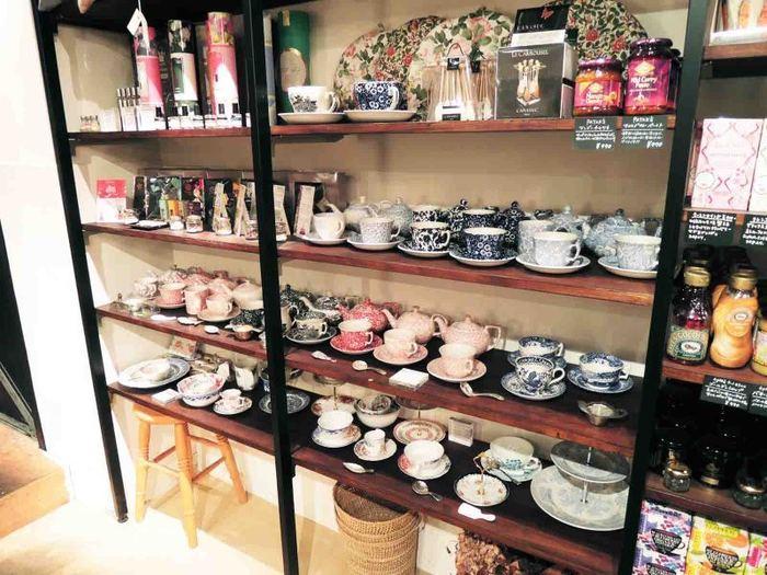 店内ではティールームで出される紅茶と同じ茶葉や有機ハーブティー、素敵なカップなども販売されています。