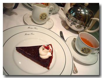 紅茶は大きなポットで提供されます。ケーキの種類も豊富です。