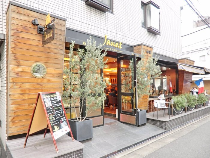 表参道駅から徒歩5分の場所にある日本初の旗艦店となる「サロン ド テ」。世界中を旅するようなユニークな雰囲気の中で、40種類以上のお茶や、スイーツセレクション「ガトー・ド・ヴォヤージュ」を楽しめます。お茶はポットで提供され、キャンドルで温めているので、ずっと温かい紅茶が飲めます!