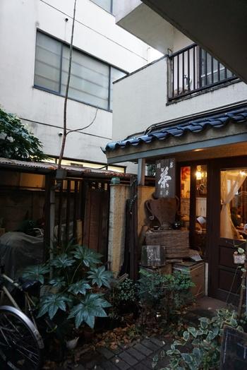 小道の奥に佇むこじんまりとしたお店「一芯二葉 」。西荻窪駅北口から徒歩3分のところにあります。