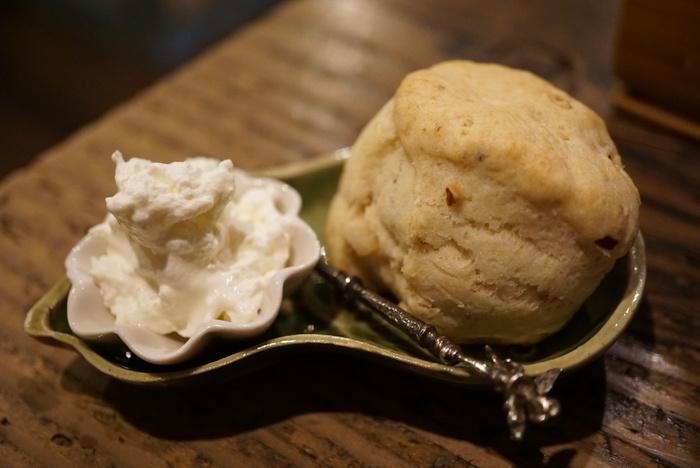 紅茶と一緒に頂きたい自家製スコーン。北海道産小麦粉「きたほなみ」と佐渡ヶ島のフレッシュなバターが使われているイングリッシュスコーンも美味しそうですね。