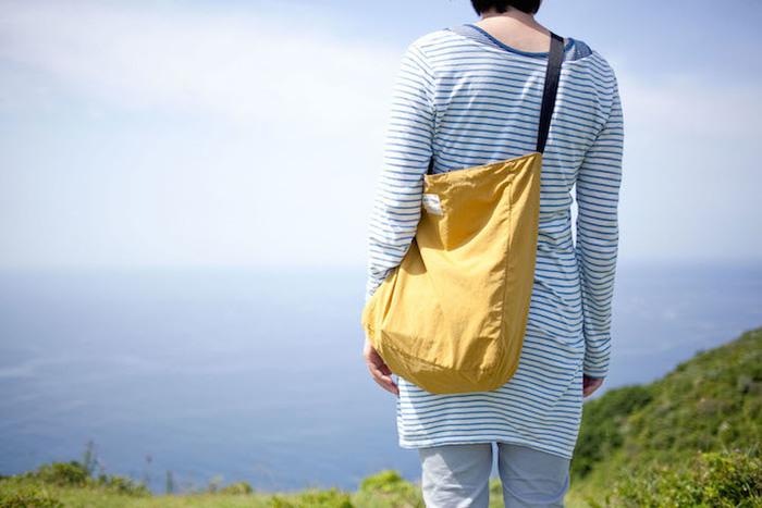 しっかりと丈夫なナイロン地のトートバッグ。5色展開なので、コーデのアクセントにぴったり!毎日使うなら、やっぱりこんな軽やかなバックで出かけたいですね。