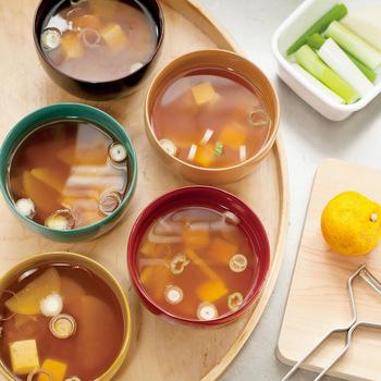 お味噌汁にも、そんなに沢山具はいれません。目安としては、ワカメ2切れ、一センチ角のお野菜数切れ、ほうれん草2枚程度で充分です。出来るだけ、旬のお野菜を取り入れる様にすると良いでしょう。