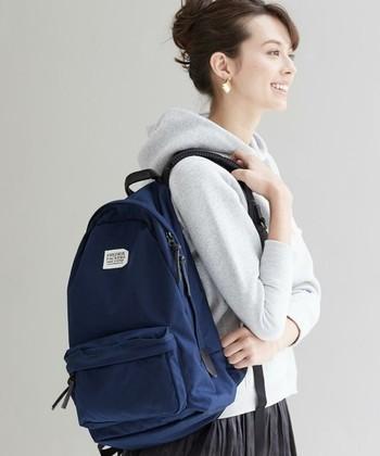 荷物が少なくても様になるのがフレドリックパッカーズのリュック。カジュアルな綺麗目コーデにもよく似合いますね。