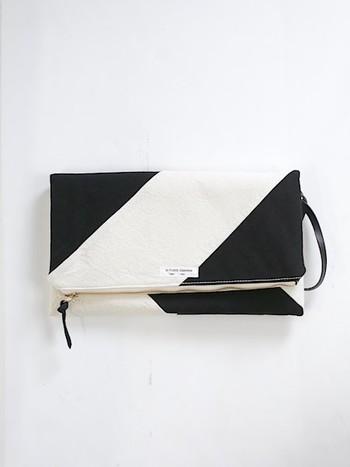 アンティークリネンで作られた、カジュアル雰囲気のクラッチバッグ。アクセサリー感覚で持てば、春らしい軽やかなコーディネートを楽しめそう♪