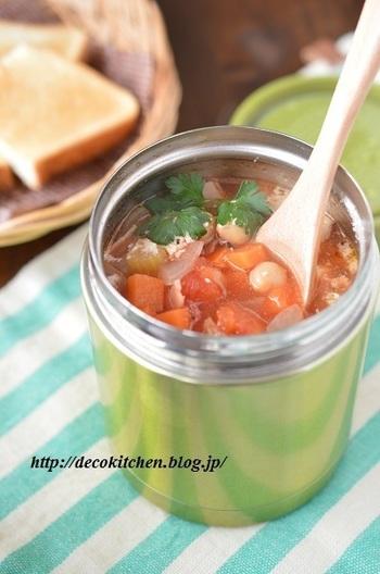 ひよこ豆にベーコン、セロリ、玉ねぎを加えてトマトベースのスープにブラックペッパーをきかせて。言葉を並べただけでも食べたくなってしまうレシピですね!
