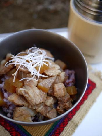 豚肉と大根の五香粉風味丼です。ランチタイムにふたを開けたとたん、芳ばしい香りが漂ってきそうなお腹も大満足のレシピです。