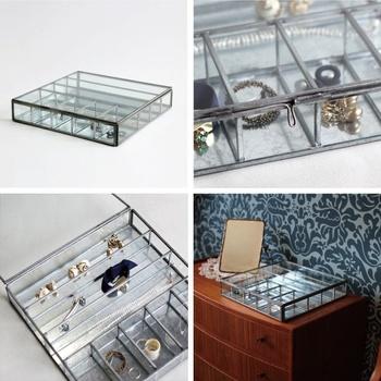 ピアスやネックレスなどのアクセサリーは、見せる収納にしてインテリアの一部に。スチールとガラスで作られた繊細なケースなら、どんなアクセサリーも美しく収納することができますよ。