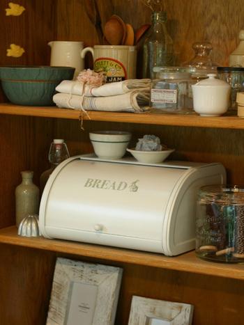 アンティーク調のプリントがかわいい、ブレッドケースです。ナチュラルなインテリアにもすっと溶け込み、オシャレなキッチンに。もちろんキッチン小物などの収納として使っても◎