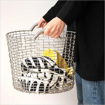 シンプルなステンレスワイヤーのバスケットは、スウェーデンの漁師さんや農家で使われているもの。ひとつひとつ丁寧に手作業で編まれています。すっきりとしたバスケットなら、清潔感もきちんと。