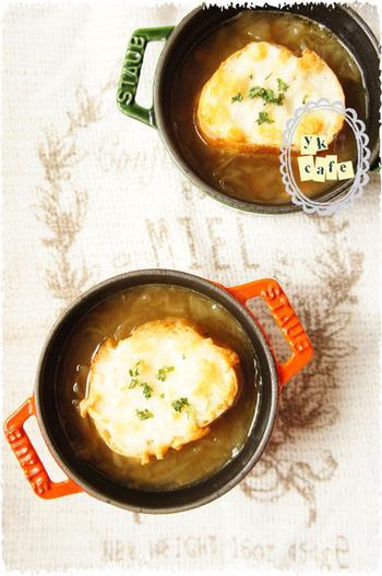 食べるスープといえば、オニオングラタンスープも外せません。コンソメやブイヨンを使わなくても、飴色玉ねぎの甘さで美味しいスープに。冷凍保存もできるので、休日にじっくり作ってストックしておきたいですね。