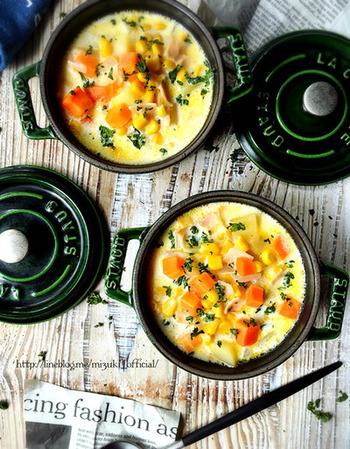 具だくさんにすれば、コーンスープが食べごたえのあるコーンチャウダーに。生クリームを使わないので、ホールコーンがあれば思いついた時にすぐ作れるのも嬉しいですね。