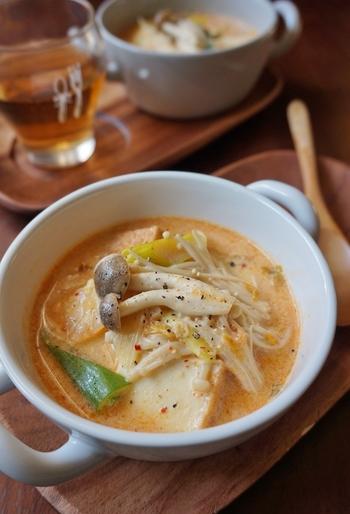 キムチを使った、お手軽チゲスープのレシピ。豆乳を加えるので、辛みを抑えた程よい味のスープになります。厚揚げやキノコ、ネギなど具だくさんで、ちょっとした鍋のようですね。