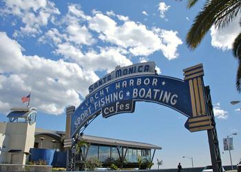 THE LAのイメージ通りともいえるサンタモニカ・ビーチは日本をはじめ、世界中からたくさんの観光客が訪れます。