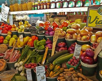 毎週金曜日は朝7時からファーマーズマーケットが開かれ、近くの農家やショップが自慢の品々を出品します。野菜やフルーツ、はちみつやオイルなどオーガニックでフレッシュな食材が並び、その質の高さはプロのシェフもチェックしにくるほど。  キッチンのあるお部屋に泊まるのであればここで食材を調達してみてはいかがでしょうか。