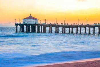 どこまでも続いているように見える白い砂浜と、ビーチバレーのコート。桟橋の先の水族館は無料(寄付制)で入ることができ、家族で楽しむことができます。