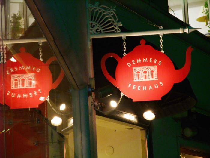 アンドリュー・デンメアにより、1981年にオーストリア・ウィーンで創設された比較的新しい紅茶ブランド「DEMMERS TEEHAUS (デンメア ティーハウス )」。 ザッハトルテで有名なウィーンの最高級ホテル「ホテルザッハ」のカフェで提供されるフレーバードティーは、デンメアのブレンドによるもの。多くの一流ホテルや紅茶専門店、高級食品デパートに、高品質の製品を供給し続けているブランドです。