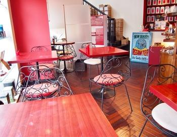 20席程度のお店で、通りに面した窓に紅茶の缶やカップが飾ってあります。赤と白の印象的な店構えで清潔感があり、懲りすぎていない内装が好印象です。