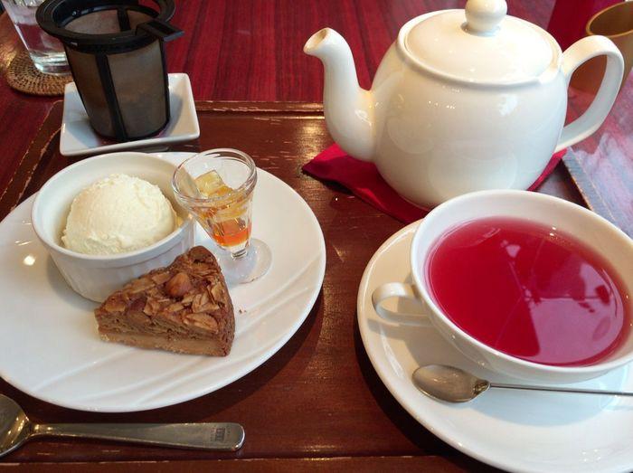 紅茶はティーポットに入ってくるため、軽く3~4杯は飲めます。ケーキやアップルパイなどと一緒に。