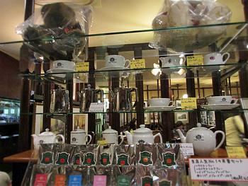 紅茶など手土産にできそうな商品の数々。