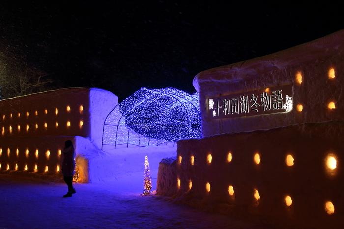厳しい青森の冬で、毎年の楽しみとなっているのが【十和田湖冬物語】。 例年2月上旬から2月下旬(3月上旬)ぐらいまで開催されています。