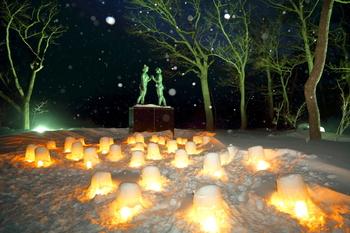 紅葉シーズン、とっても美しい十和田湖ですが、冬は幻想的な世界が広がります。 十和田湖のシンボル『乙女の像』もこんなに美しくライトアップ。