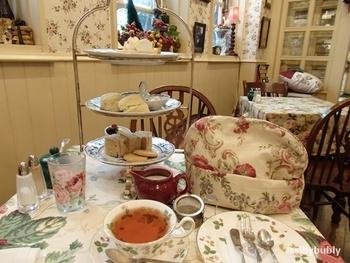 紅茶は種類豊富にそろいますが、こちらはダージリンのアフタヌーンティーセット。各種紅茶の販売もしています。