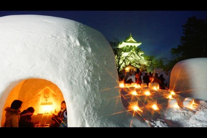 秋田県で400年以上の歴史がある、夜の闇に浮かぶ幻想的なお祭り「横手のかまくら祭り」。