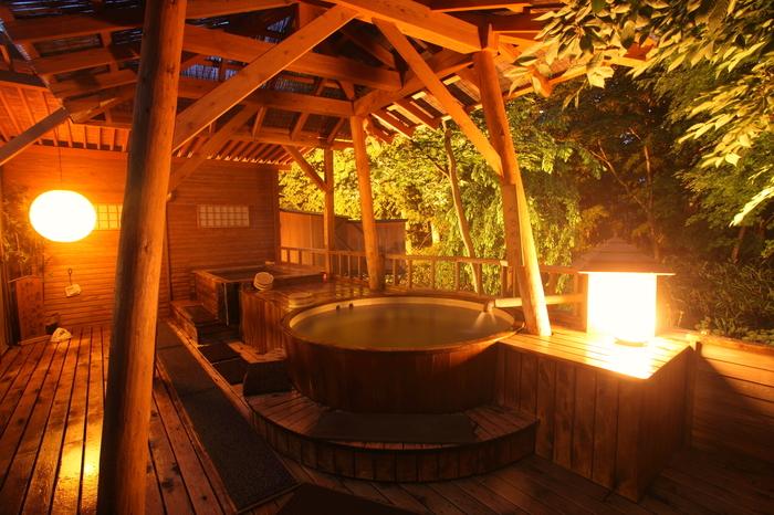 ライトアップされた森と美しい景色を眺めながら、ヒバ造りの露天風呂につかることができる、【彩冬】。 他にも無垢材の内湯や完全予約制の貸切り露天風呂など、ゆっくりと温泉をめぐり、日々の疲れを癒すことができます。