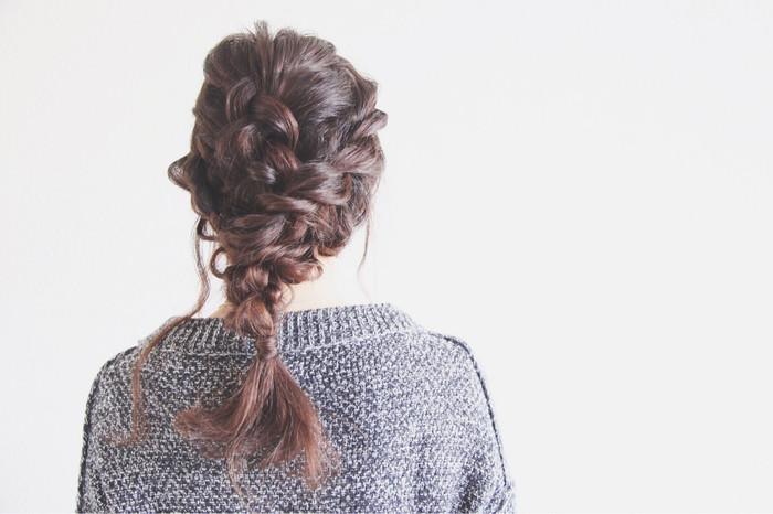 編み込みが苦手な方におすすめのアレンジがこちら。髪を両サイドとミドルに分け、それぞれを三つ編みにしてからひとつにまとめただけ。不器用さんでもこれならできそう!