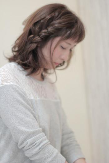 サイドで毛束を多めにとり、ざっくりとした三つ編みに。少し太めに作って、軽く崩すのがポイントです。