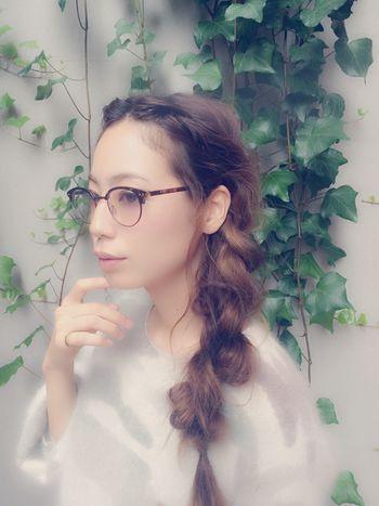 編み込みからの三つ編みを、大胆に崩してふわふわに。後れ毛をしっかり出せば、子供っぽさを感じさせません。