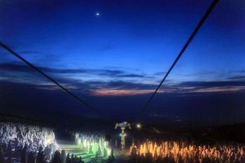 ライトアップはロープウェイに乗って見に行きます。地蔵山頂駅は標高1600m。とっても寒いので、防寒対策はばっちりとしてくださいね。