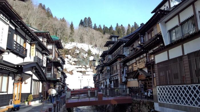 江戸時代初期 大銀山として栄えた「延沢銀山」に由来しているという銀山温泉。 銀山川に沿って、昭和初期から続く木造の旅館が当時の面影を残します。