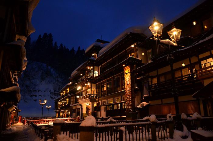 まるでタイムスリップしたかのような、美しい旅館街の風景。 雪国の温かさが感じられますね。