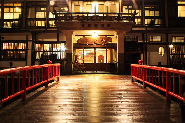 映画おしんにも登場した能登谷旅館。また、まるで【千と千尋の神隠し】を連想させるような、古き良き時代を感じられる、随一の旅館ではないでしょうか。