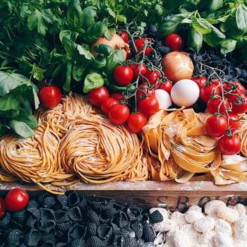 豊かな気候風土に恵まれ、いろいろな食材の産地でもあるイタリア。イタリア料理は日本人にも大人気のジャンルですよね!今回は、そんなイタリア料理に欠かせない二つの食材をピックアップしてご紹介します。