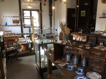店内には、店主さんが作り手さんの所へ直接行ってセレクトした、繊細な手作りアクセサリー、味のある布や革の小物類、ぬくもりを感じる陶器などが並んでいます。ほっこりとした気持ちになれるお店です。