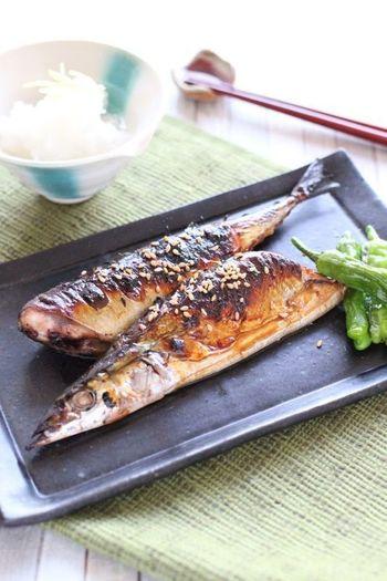 また、頭がある魚は、頭を左側(左向き)に置くようにしましょう。頭がなく、尾があるものは、尾を右側にくるように置くようにしましょう。続きましては、魚焼きグリルがなくても美味しくできる、焼き魚のレシピをご紹介したいと思います。