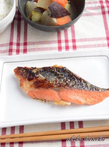 ■鮭の糀味噌焼き こちらは、トースターで作る鮭の糀味噌焼きレシピです。漬け込んでおいた鮭を、アルミホイルを敷いておいたトースターで焼くだけのレシピ。とっても簡単に美味しい焼き魚が作れます。