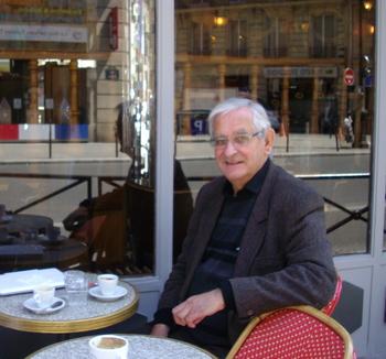 カフェで寛ぐゴダン・・・絵画制作の合間に、散歩がてらに訪れるカフェ。ゴダンの大切なひと時です。